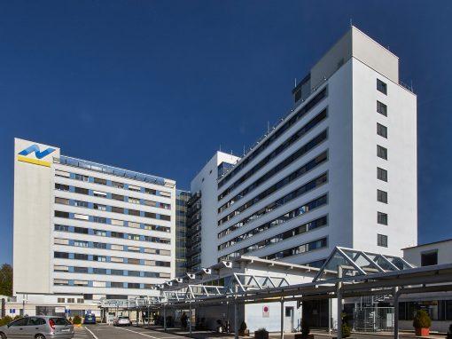 Lochfassade einer Klinik, 2010